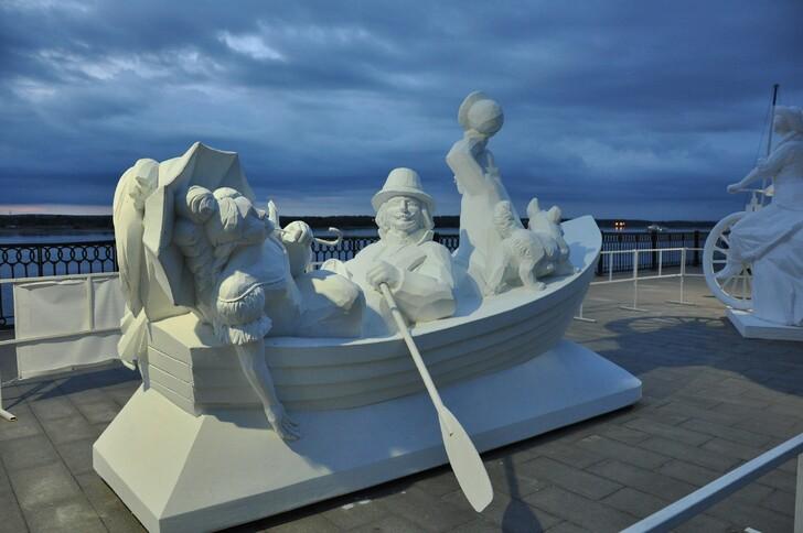 Фестивальные скульптуры на набережной