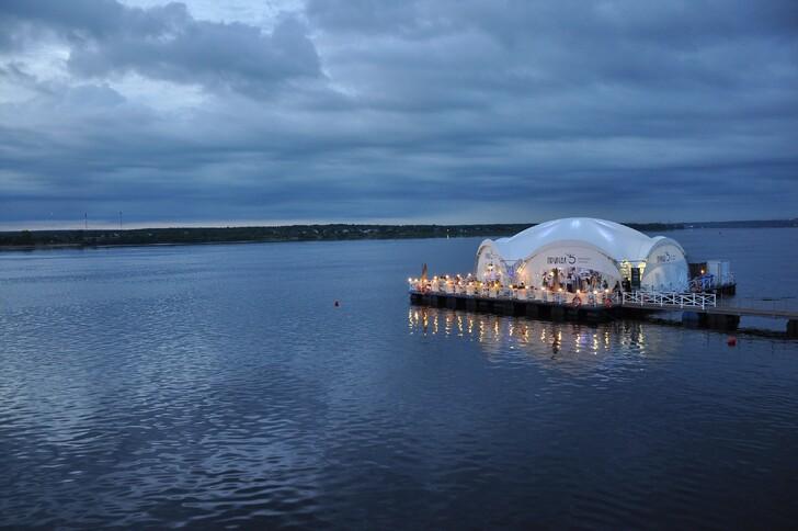 Временный речной ресторан на набережной