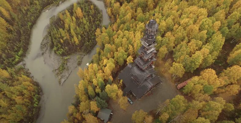 Фото избушки-небоскреба эксцентричного юриста в лесной глуши на Аляске
