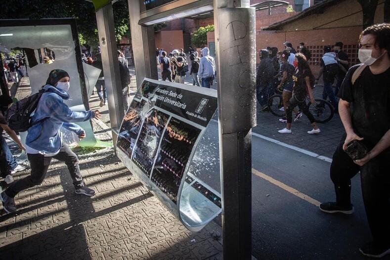 Профессия - фотограф массовых беспорядков: когда горят улицы родного города, он просто не может остаться в стороне