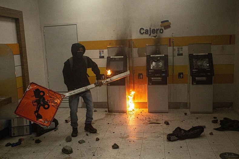Профессия фотограф массовых беспорядков: когда горят улицы родного города, он просто не может остаться в стороне