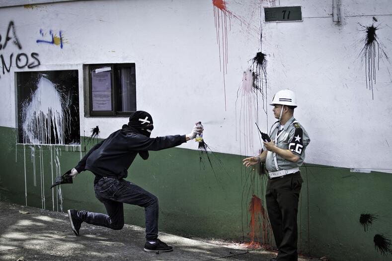 Профессия  фотограф массовых беспорядков когда горят улицы родного города, он просто не может остаться в стороне