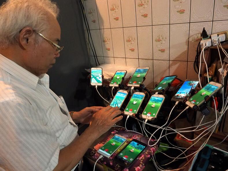 70-летний пенсионер так увлекся игрой, что установил на свой велосипед 64 смартфона, чтобы поймать покемонов (это кажется безумием, но телефонов с каждым годом все больше)