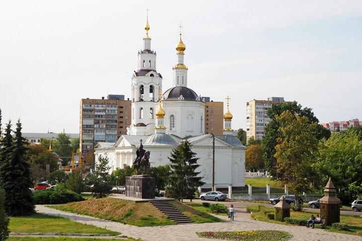 Памятник Ивану Грозному на фоне Богоявленского собора