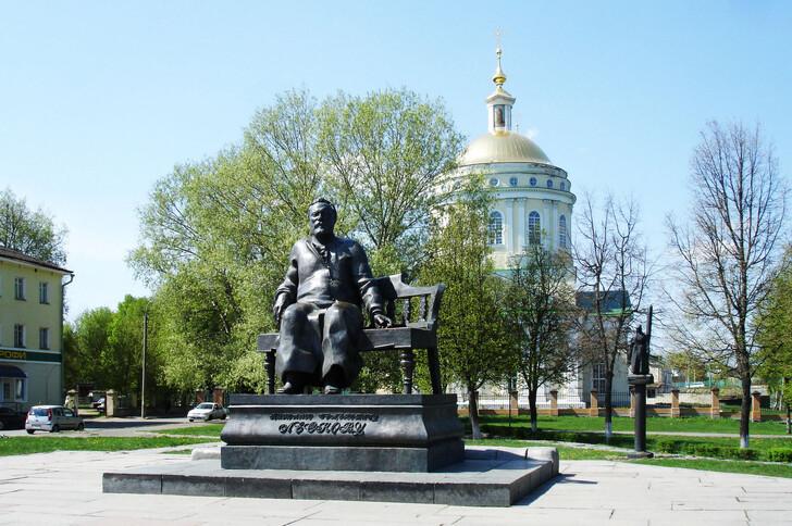Памятник  Н.С. Лескову в окружении персонажей его произведений