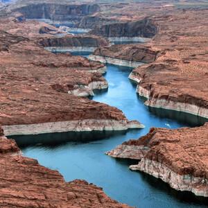 Озеро Пауэлл лежит на территории двух штатов Аризона и Юта