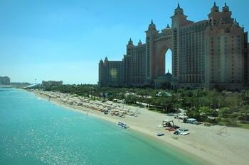 В ОАЭ за лето сотни туристов оштрафованы за нарушение санитарных правил