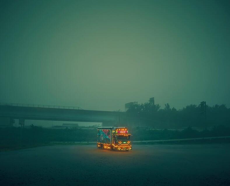Японские грузовики с люстрами и шторами внутри тюнинг, которому будут завидовать все дальнобойщики