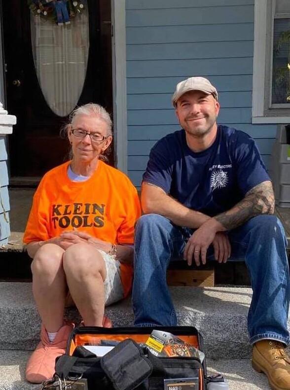 Пожилая женщина вызвала электрика просто починить проводку, а он собрал для нее 100 000 долларов и ремонтирует весь дом