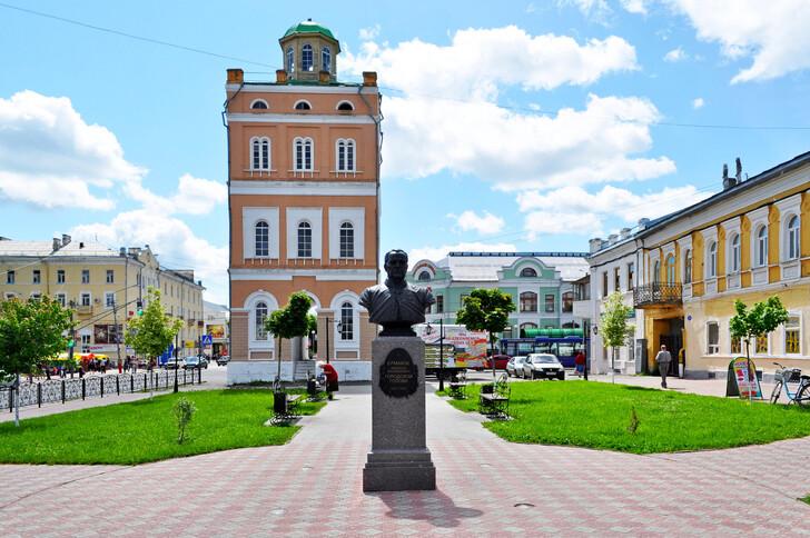 Водонапорная башня и памятник А.В. Ермакову