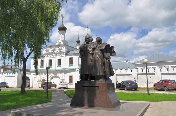Памятник муромским святым благоверным Петру и Февронии