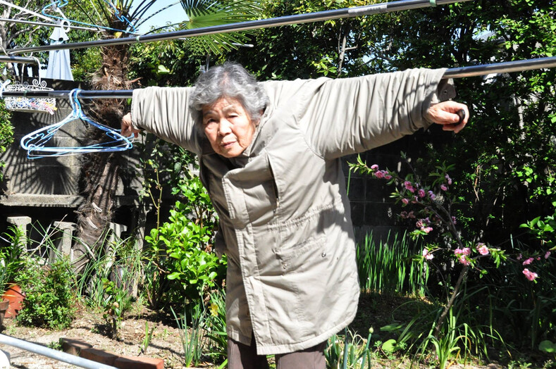 Пенсионерка в 92 года стала звездой селфи ее фото настолько странные и одновременно смешные, что хочется на них смотреть вечно (когда бабушка может постить фото покруче своих внуков)
