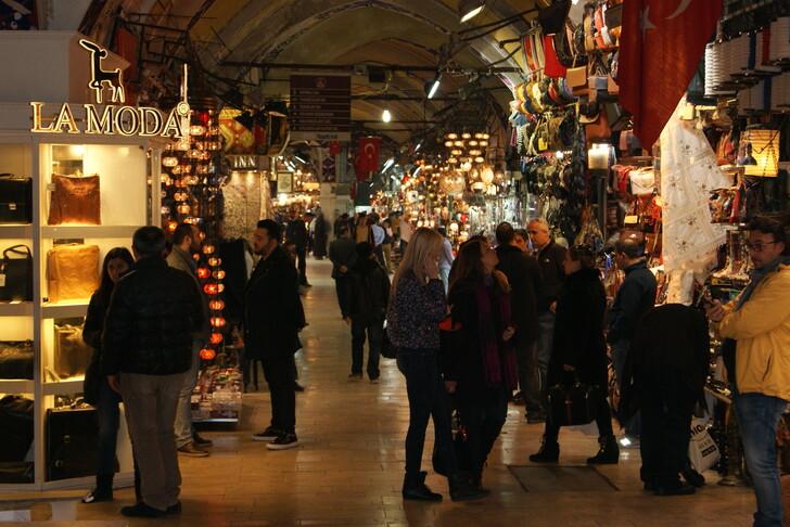 На рынке Гранд Базар выбор косметики и духов — огромный. Но цены — туристические.