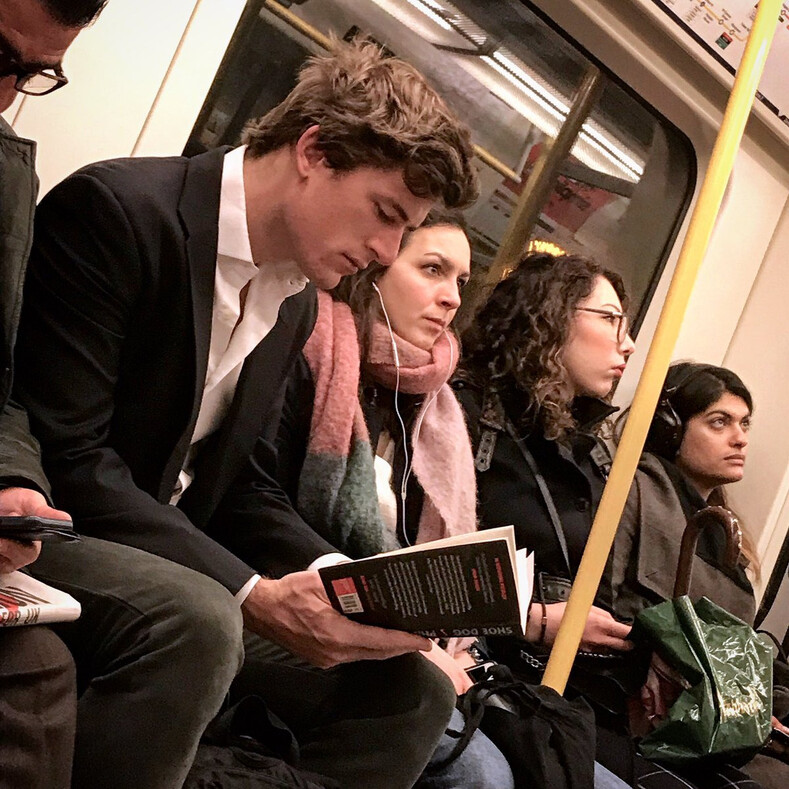 Девушка несколько лет тайно снимает читающих красавчиков в метро и на улице: горячее этих парней только подписи к их фото