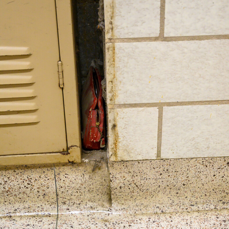 Капсула времени: охранник нашел в школе сумку, пролежавшую у стены более 60 лет (владелица умерла, но родные разрешили опубликовать фото с содержимым вещи)