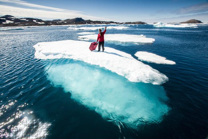 Гренландия, где соединилось не соединяемое: одновременно лето и зима, цветы и льды, жаркое солнце и ледяной ветер, современность и стародавние национальные традиции инуитов!