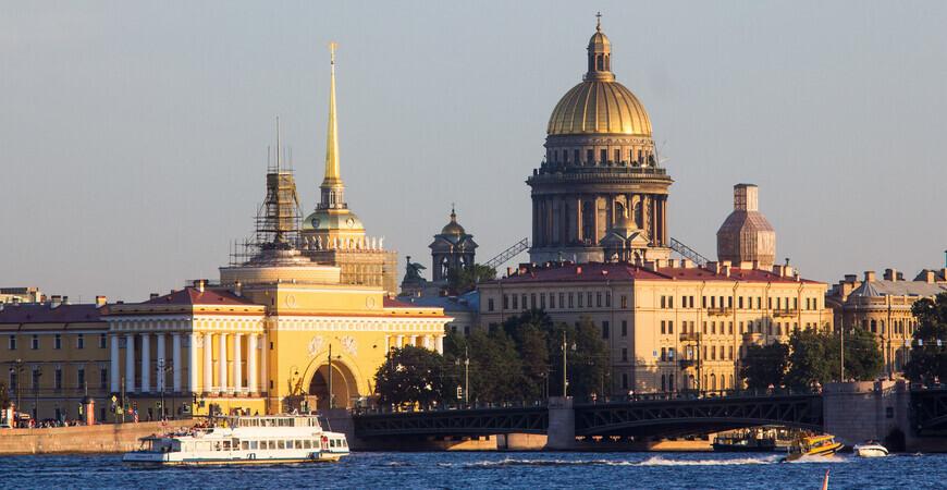Адмиралтейская набережная в Санкт-Петербурге