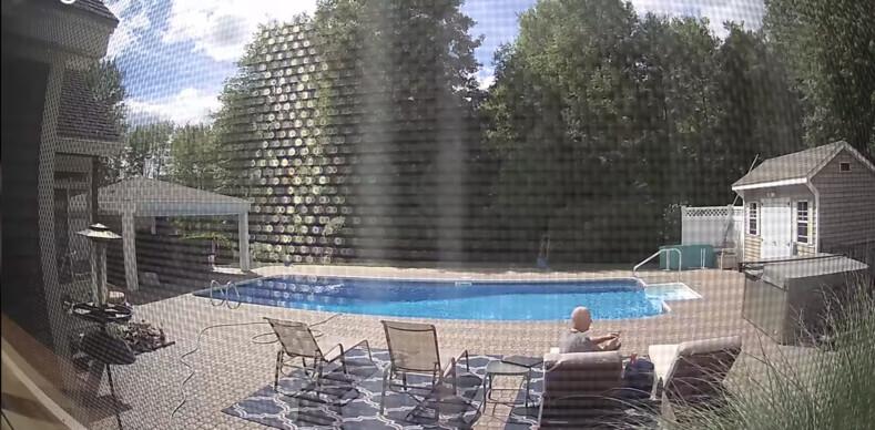 Мужчина уснул на заднем дворе своего дома, но был разбужен косолапым гостем: кадры с камеры видеонаблюдения