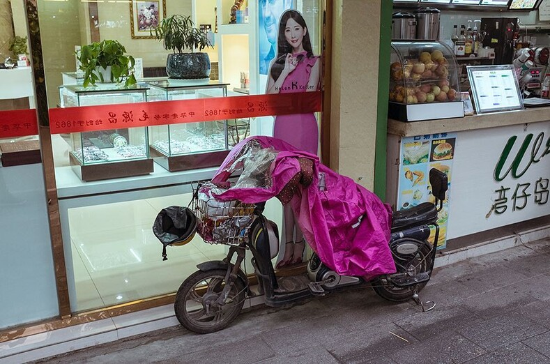 20 фото китайского уличного фотографа из серий что, черт возьми, здесь происходит? и показалось