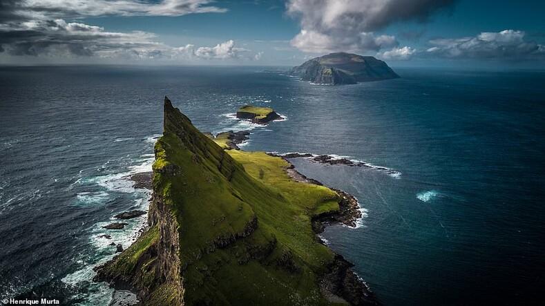 Вид на зазубренный островок Тиндхолмур, к западу от Вагара, в сторону потрясающего Микина-места съемок Игры престолов, где находится одинокий маяк и колония тупиков