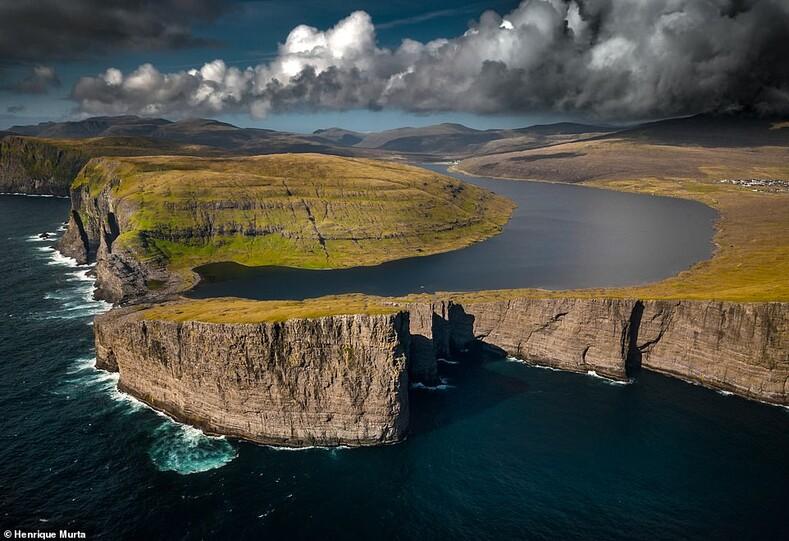 Впечатляющее озеро Сорвагсватн, которое огибает остров Вагар на высоте 90 футов над уровнем моря