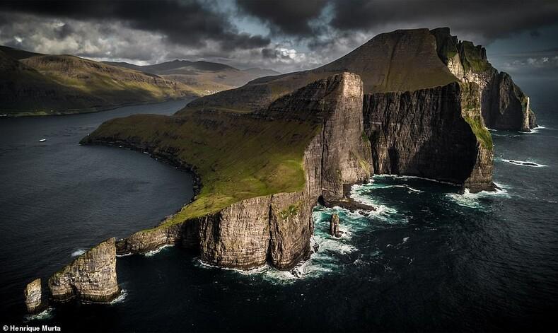 Это изображение показывает драматические вершины башни над Дрангарнирским морским стеком у острова Вагар