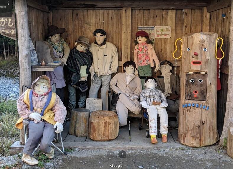 Внутри японской деревни гигантские куклы заменили человеческих жителей