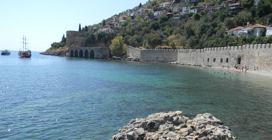 Пляж у крепостной стены