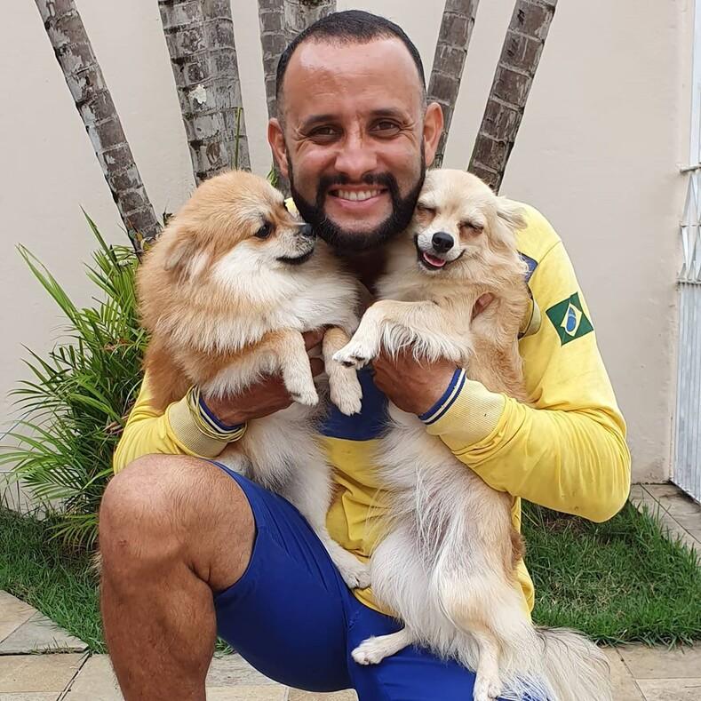 Бразильский почтальон рушит стереотип о том, что их не любят собаки