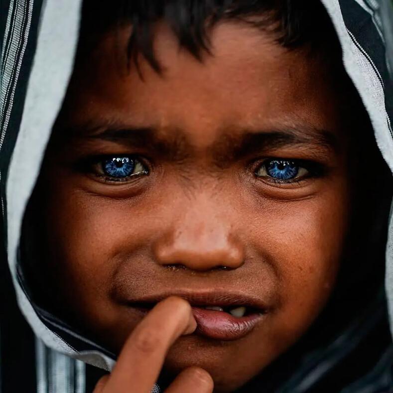Фото голубоглазых дикарей из джунглей Индонезии покорили весь мир (причина такого необычного цвета глаз генетическая аномалия)