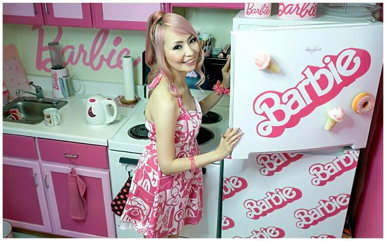 38-летняя женщина потратила тысячи долларов, чтобы превратить свою квартиру в дом куклы Барби (фото, сделанные внутри необычного жилища)