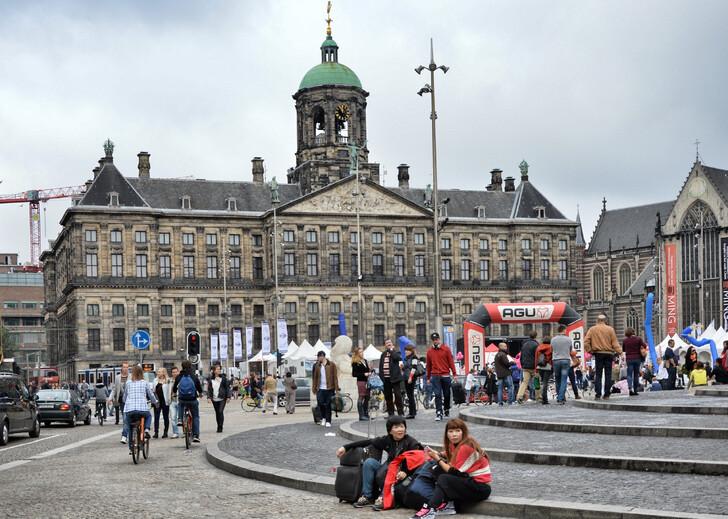Площадь Дам и Королевский дворец
