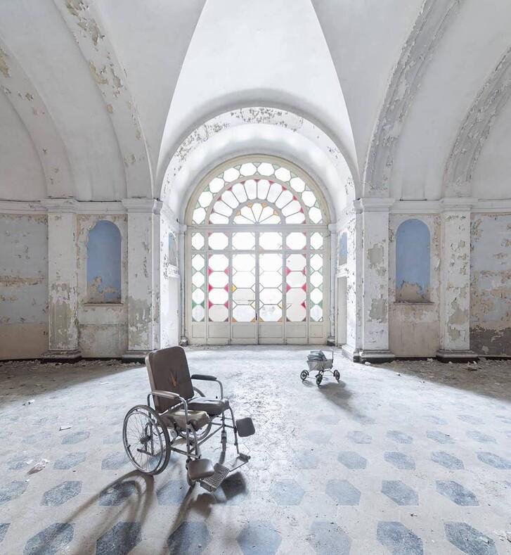 Он фотографирует заброшенные места Европы: военные базы, кладбища машин, старинные замки и многое другое