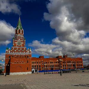 Башня, похожая на Спасскую башню московского Кремля. Но это не она, а Благовещенская башня на площади Девы Марии в Йошкар-Оле.