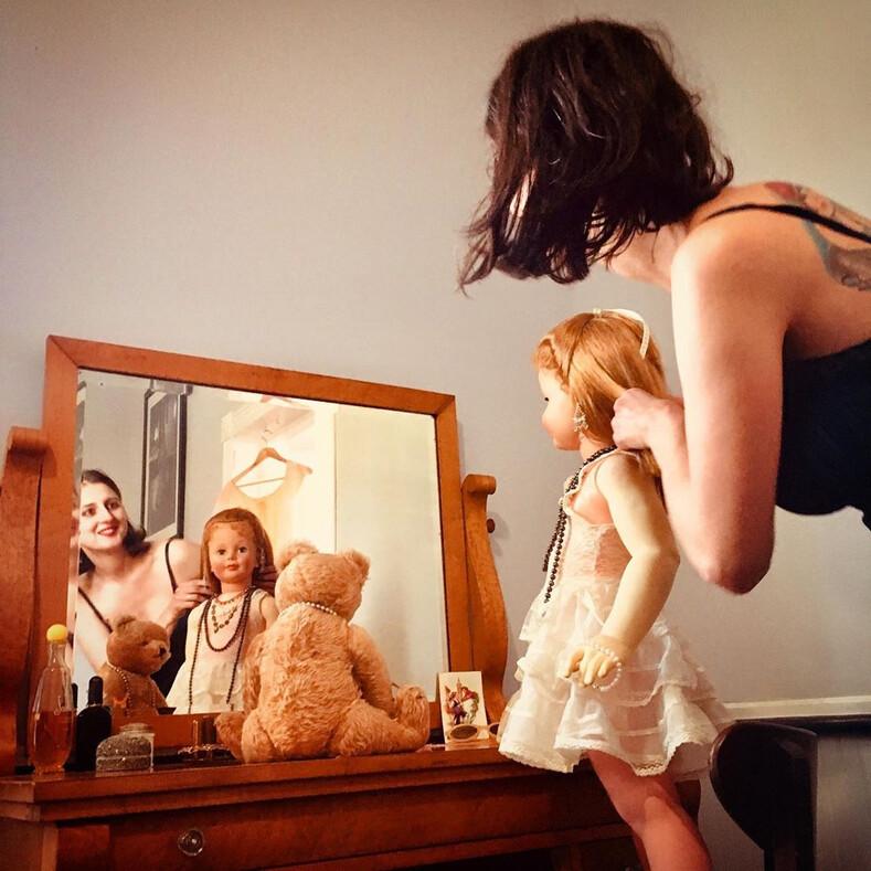Фото семейной пары, которая рассказывает в соцсетях о своих игрушечных детях, пугая этим пользователей Сети