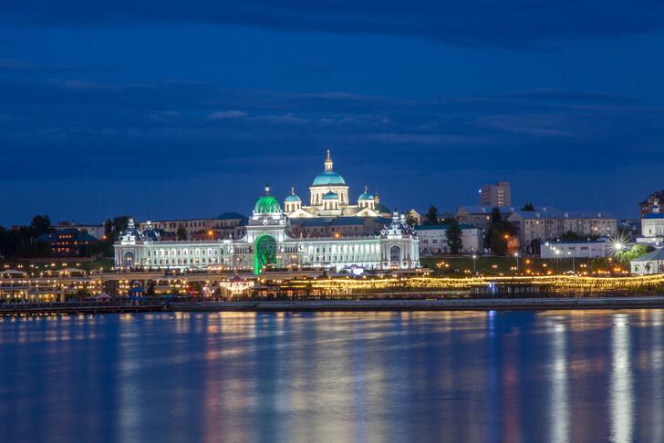 Панорамный вид на вечернюю Казань с воды