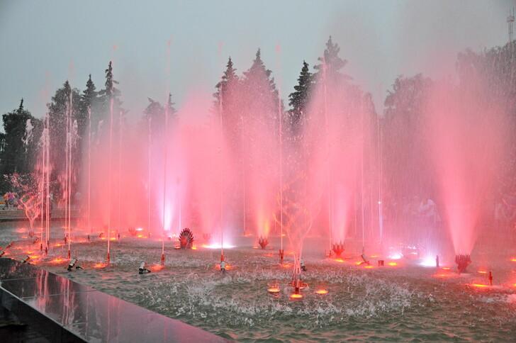 Светомузыкальный фонтан на площади Революции