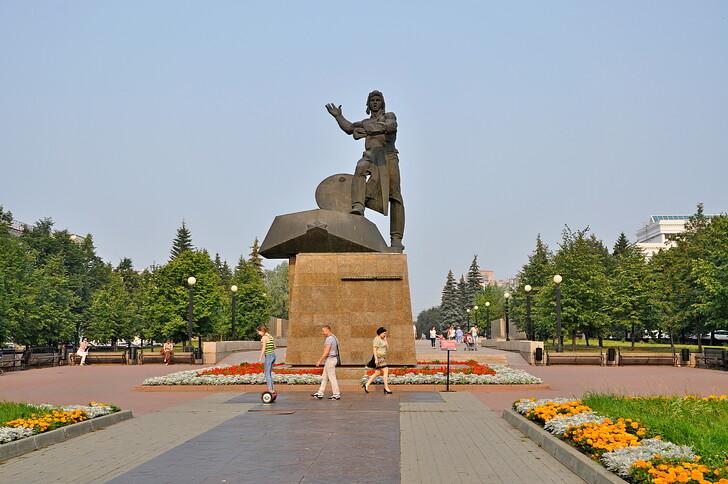 Памятник добровольцам-танкистам на бульваре Славы
