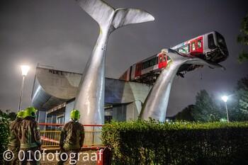 В Нидерландах поезд выехал за ограждение путей и повис на хвосте скульптуры