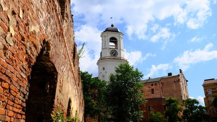Часовая башня и руины старого кафедрального собора