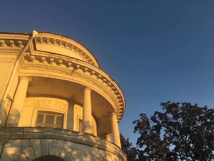 Библиотека на ул. Ленина в вечернем свете