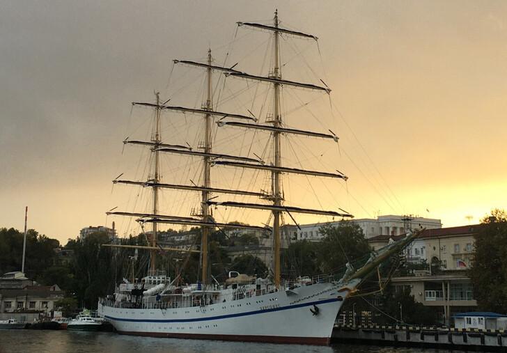 Парусник «Херсонес» на закате в Севастополе