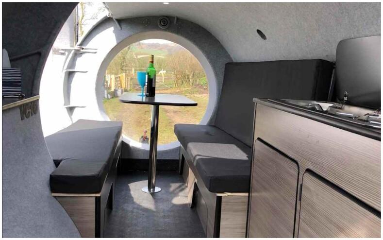 Мужчина выкупил турбину списанного авиалайнера и превратил ее в дом на колесах (фото странного и крутого кемпера снаружи и внутри)