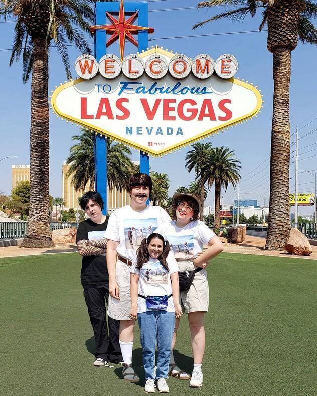 На этих фото один и тот же человек: девушка снимается в роли вымышленных отца, матери, дочери и сына подростка