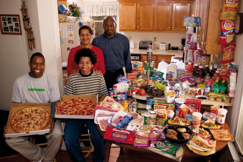 Скромные запасы зерна или большие порции мясных блюд фотограф снял семьи  из разных стран и те продукты, которые они съедают за неделю
