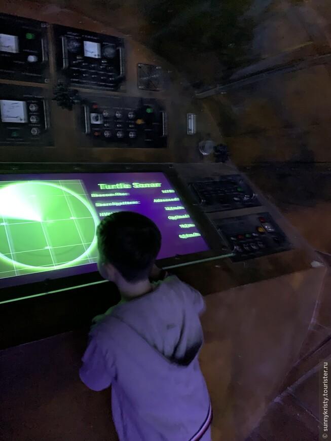 В аквариуме в Дубае есть симулятор подводной лодки. Детям нравится.