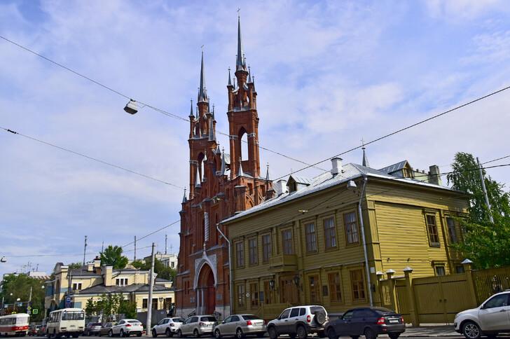 Церковь Пресвятого Сердца Иисуса и музей-усадьба А. Толстого