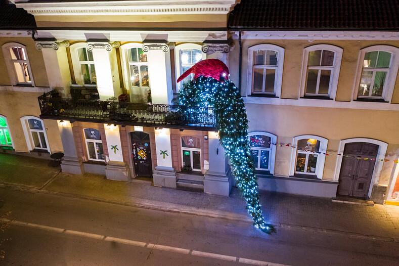 Рождество на балконах в карантинном Вильнюсе 8 способов порадовать соседей в духе уходящего года
