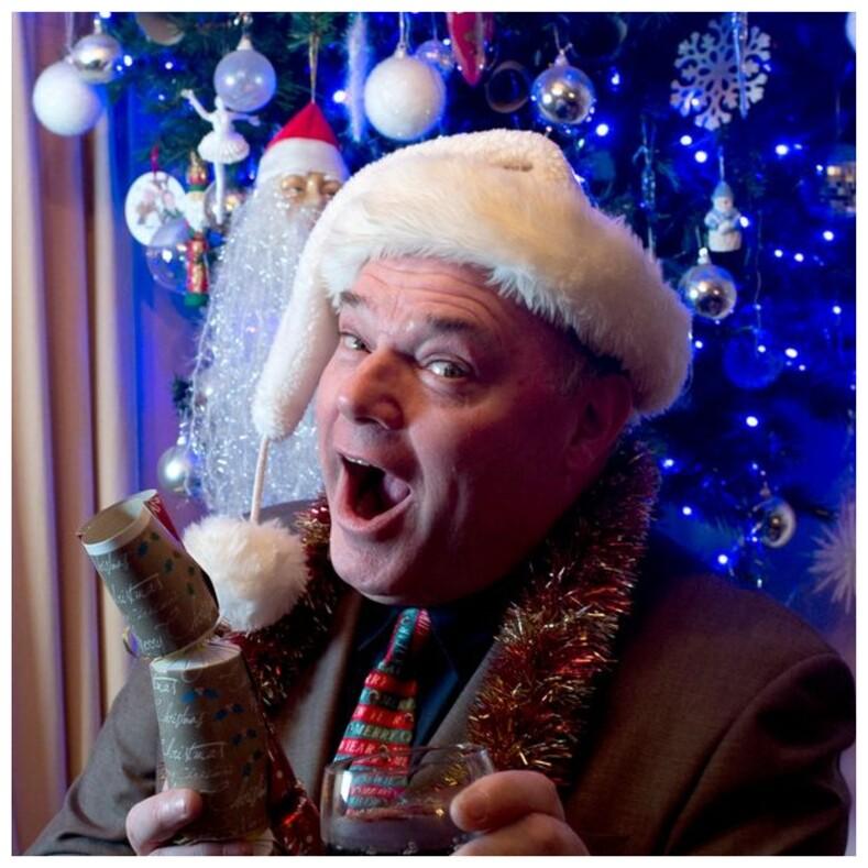 Мужчина на протяжении 27 лет каждый день отмечает Рождество, и на это он потратил не один миллион: фото сумасшедших вечеринок в доме настоящего фаната праздника