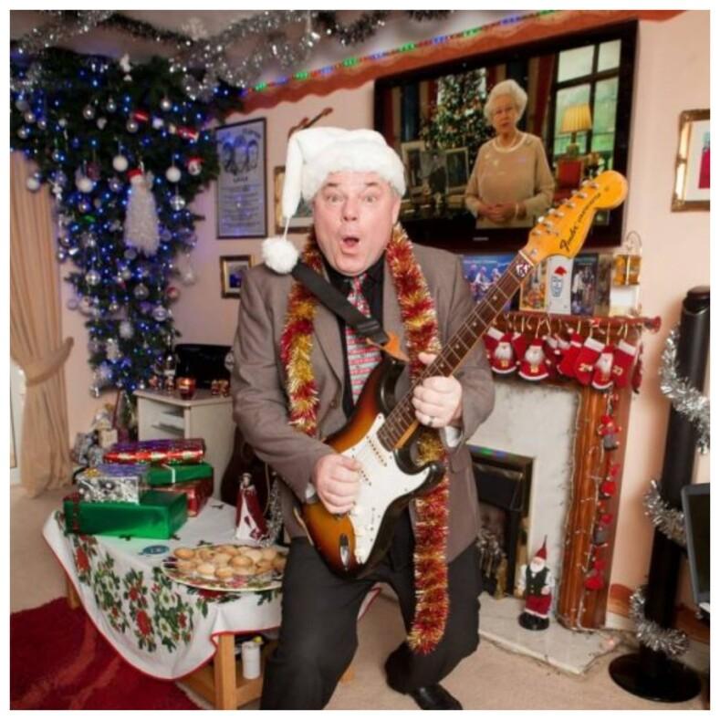 Мужчина на протяжении 27 лет каждый день отмечает Рождество, и на это он потратил не один миллион фото сумасшедших вечеринок в доме настоящего фаната праздника